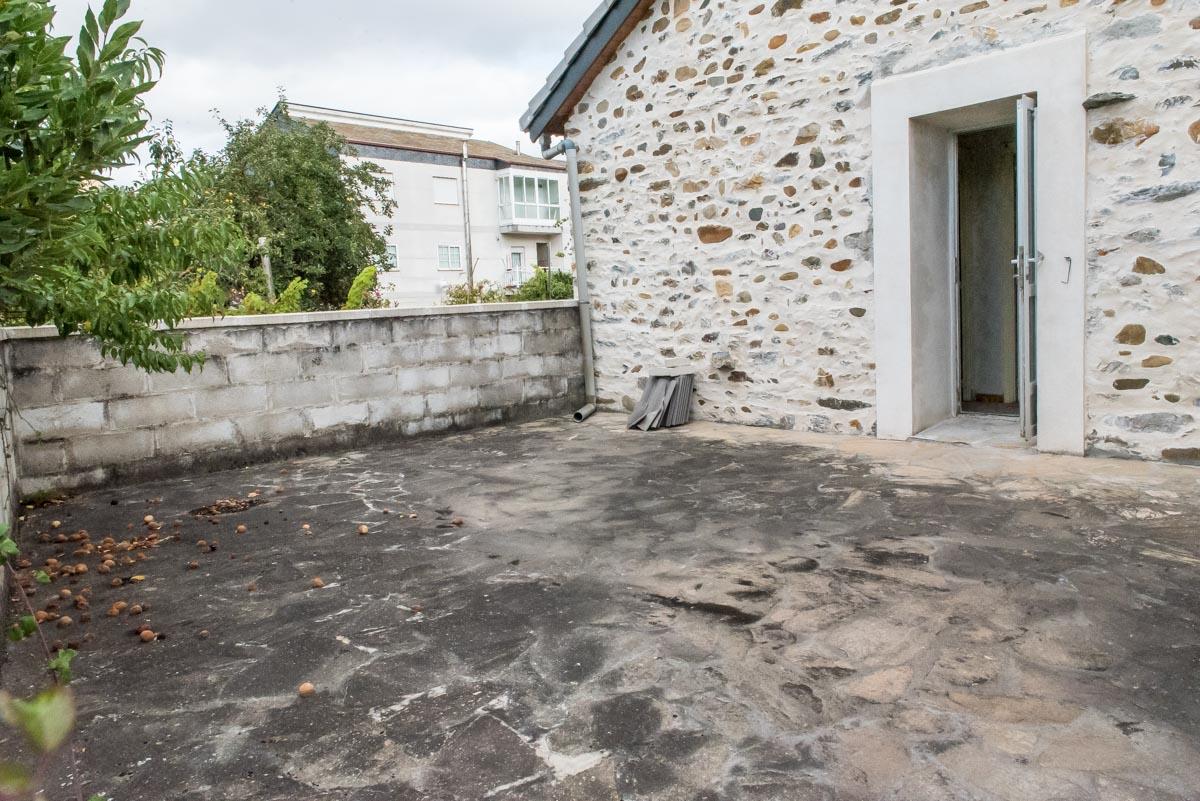 Casa de piedra con terraza y terreno