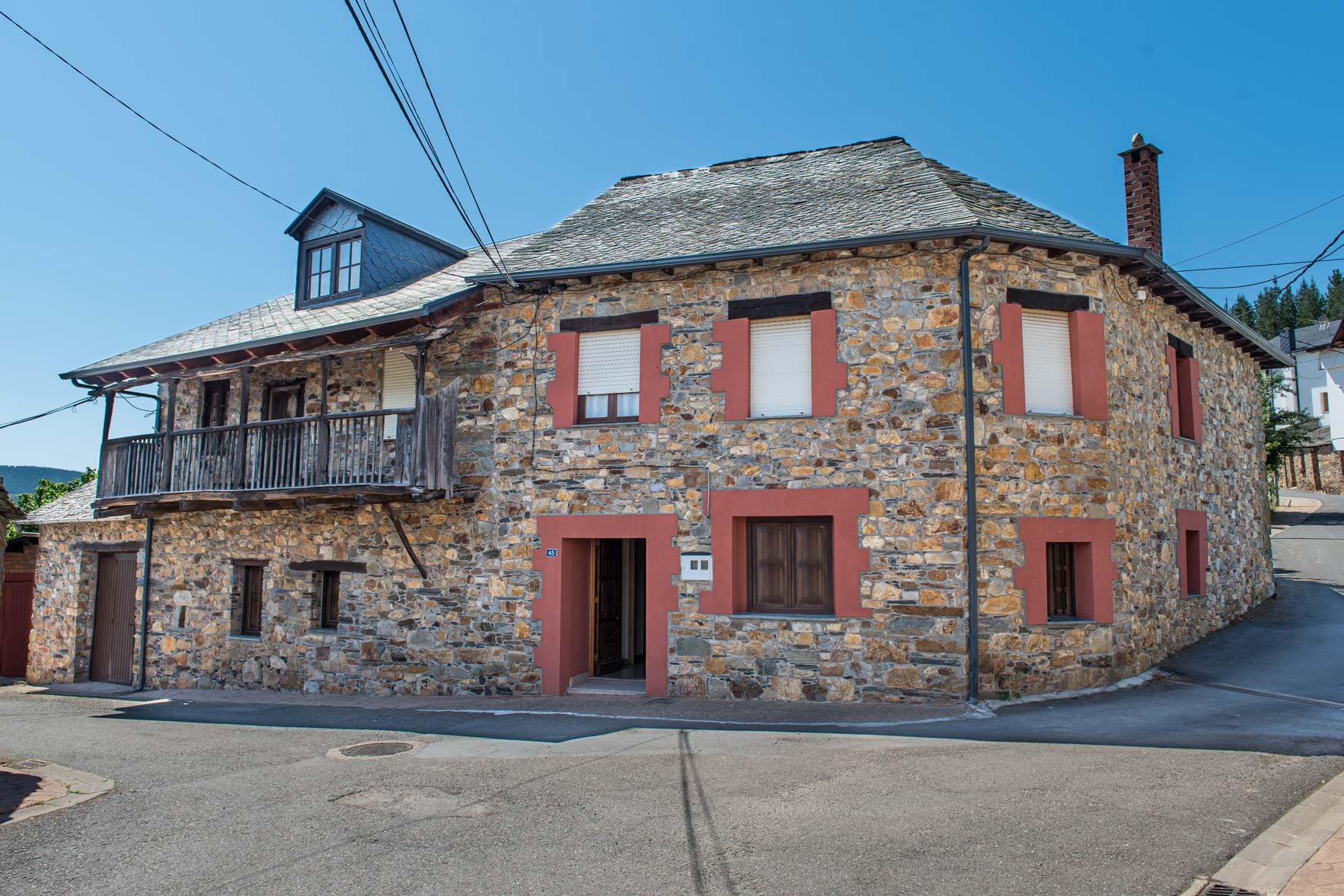 Casa de piedra reformada junto Vega espinareda
