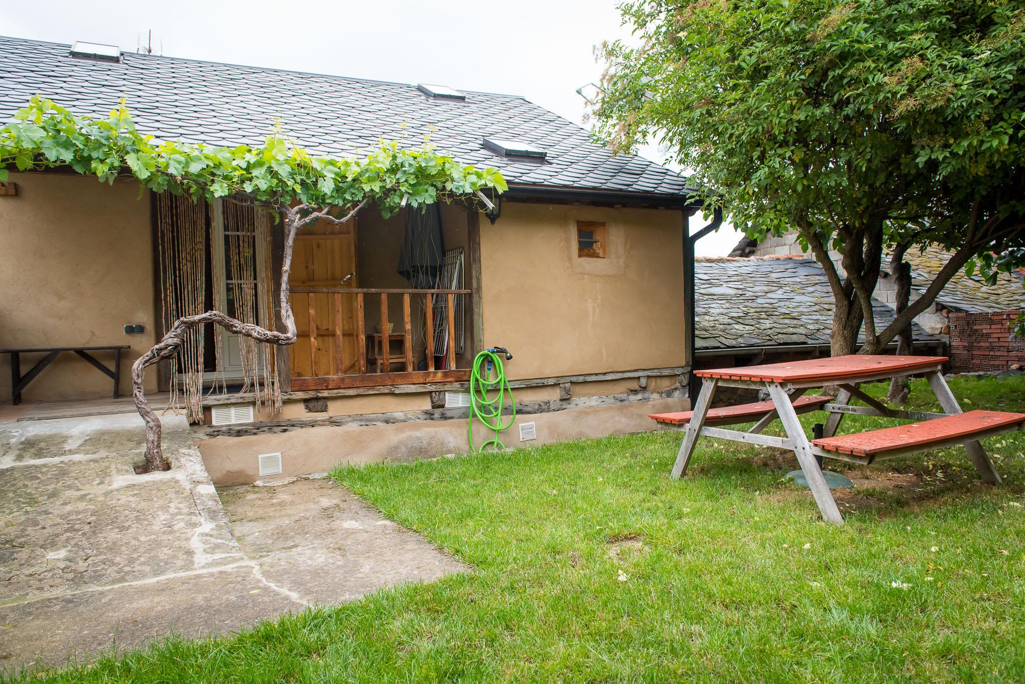 Casa de piedra restaurada con jardin