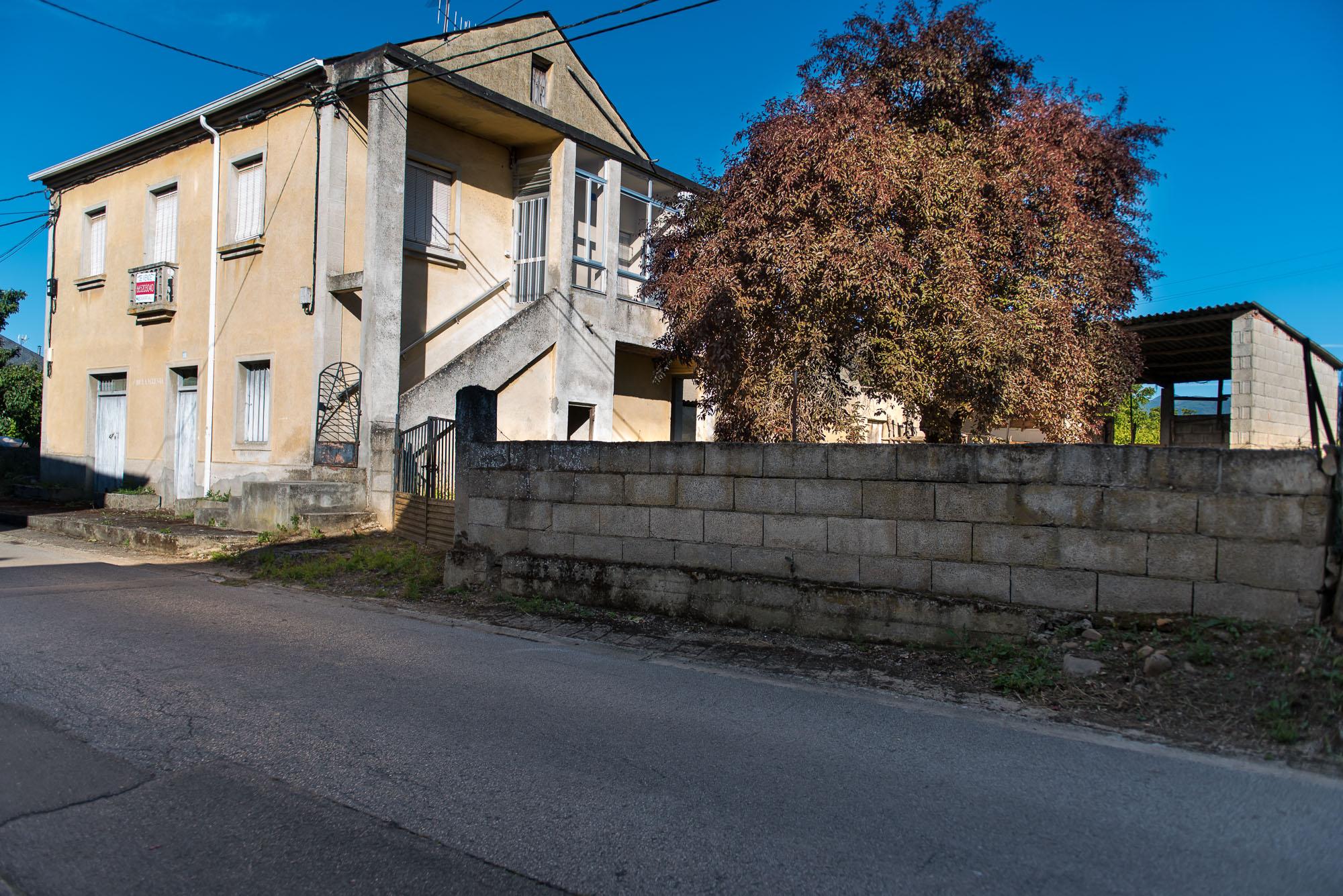 Casa con amplia finca cerrada en Villadepalos
